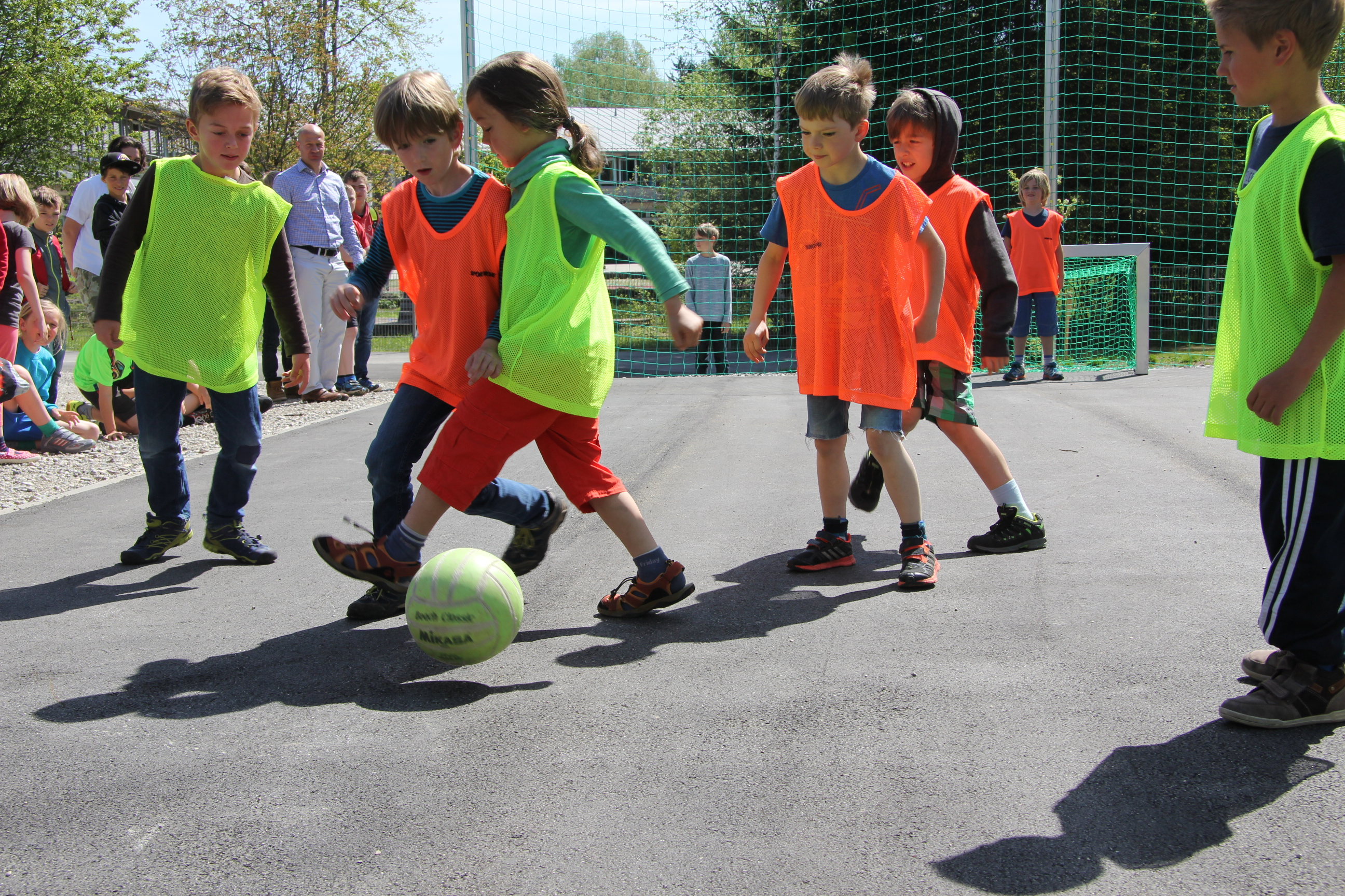 • Lernen mit allen Sinnen anhand von Montessori- und anderen modernen Lernmaterialien • hohes Maß an sportlicher Betätigung, Sommersporttage, Wintersportwoche • ständige Schulentwicklung durch enge Verzahnung von Pädagogen, Schülern und Eltern