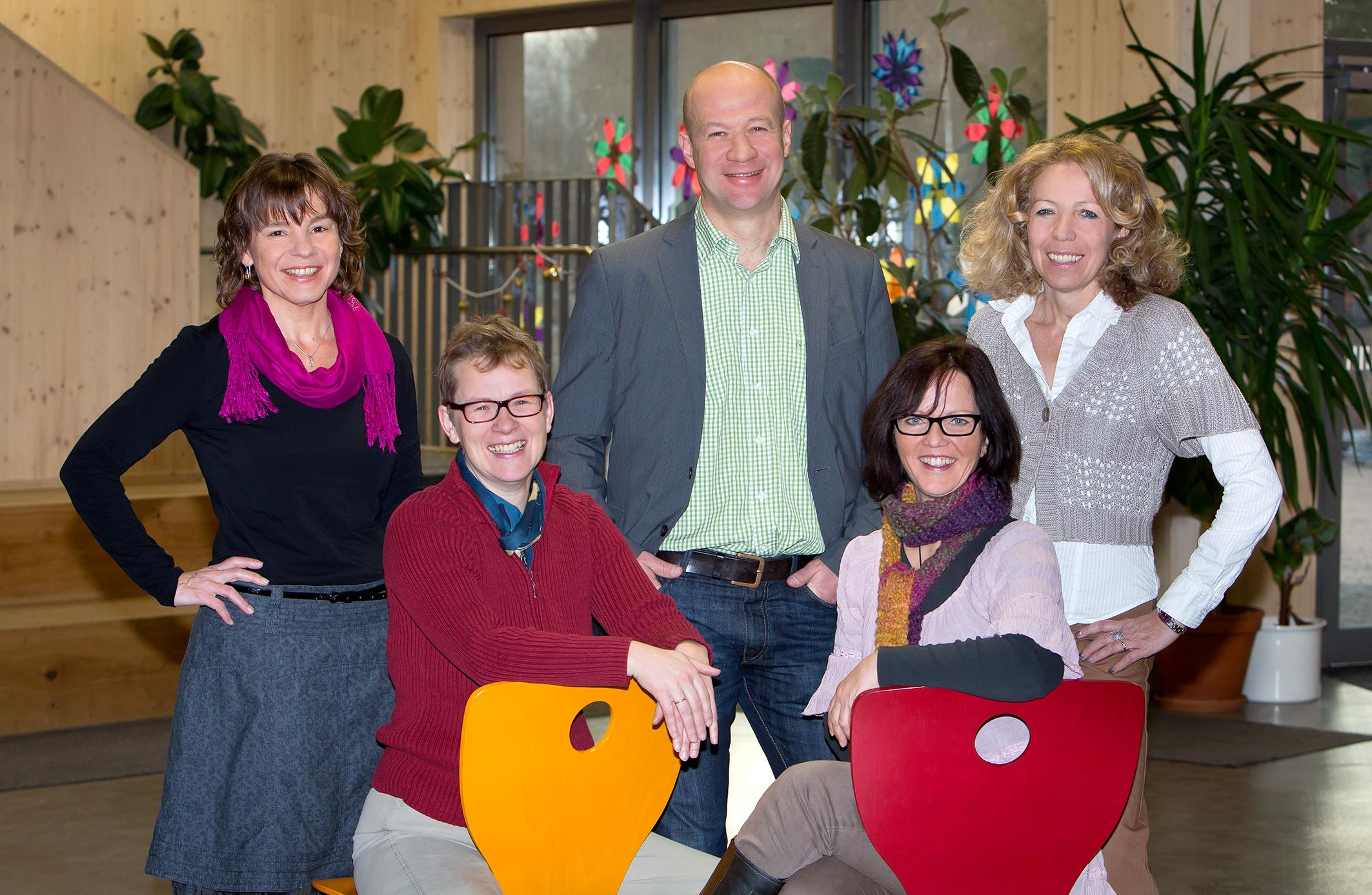 von links: Karin Schlögel (Personalverwaltung), Martina Schmid (Assistentin der Geschäftsführung), Michael Feder (Geschäftsführer), Michaela Bergmeier (Sekretariat), Heidi Schmelz (Buchhaltung)